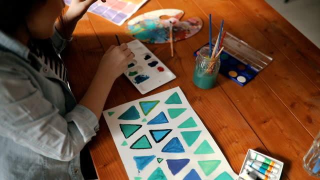 vídeos y material grabado en eventos de stock de joven artista aprender a dibujar formas - caballete equipo de arte y artesanía