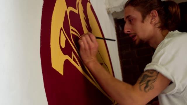vídeos de stock, filmes e b-roll de jovem artista pintando um mural - painter artist