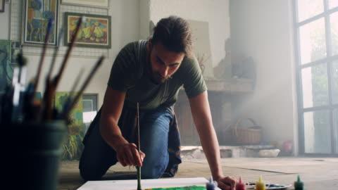 vídeos y material grabado en eventos de stock de young artista - arte