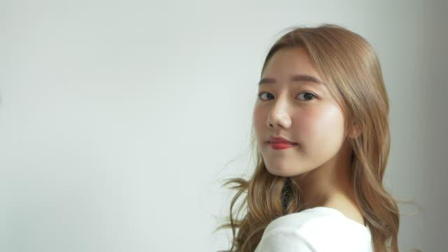 髪を振る若いアジアの女性。 - 絵画モデル点の映像素材/bロール