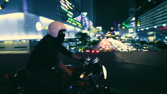vídeos de stock, filmes e b-roll de jovem motociclista asiática cavalgando na cidade - passageiro