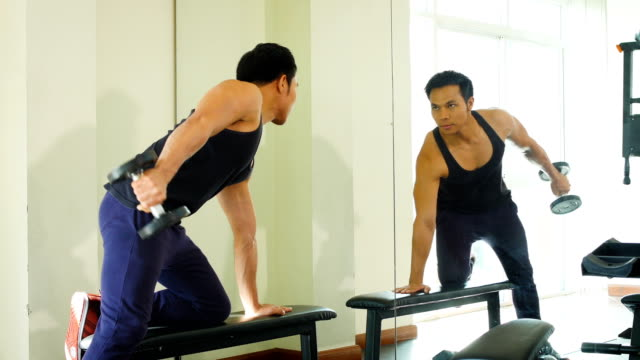 junge asiatische bodybuilder kerl workout mit hanteln gewichte auf der fitness-studio, gesund und lifestyle-konzept - menschlicher muskel stock-videos und b-roll-filmmaterial