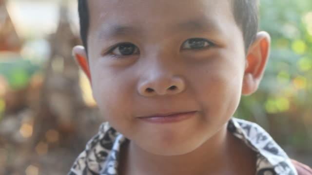 vidéos et rushes de jeune garçon asiatique - pauvreté
