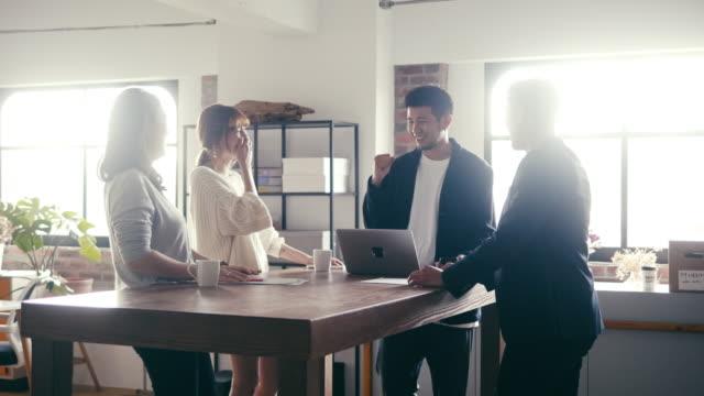 stockvideo's en b-roll-footage met jonge aziatische zakenmensen vieren succes fin-tech bedrijf - oost azië