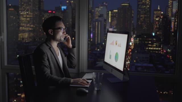 vídeos de stock, filmes e b-roll de young asian business professional working on computer in modern city office - vestuário de trabalho formal