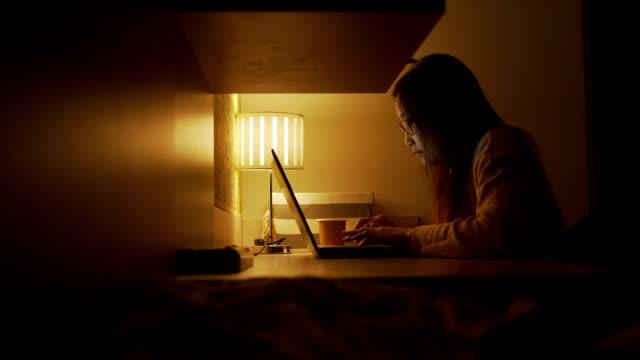 uhd、自宅から深夜の仕事のためにラップトップを使用して若いアジアのビジネス女性 - カットアウト点の映像素材/bロール