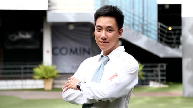 カメラを探して若いアジア系のビジネスマン。 - 腕組み点の映像素材/bロール
