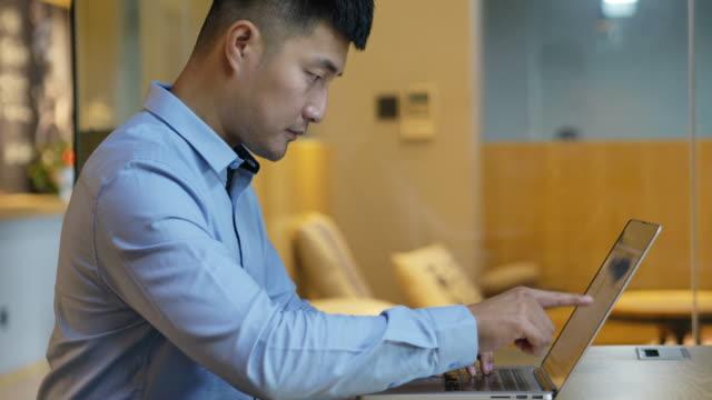 ラップトップで働く若いアジアのビジネスマン - laptop点の映像素材/bロール