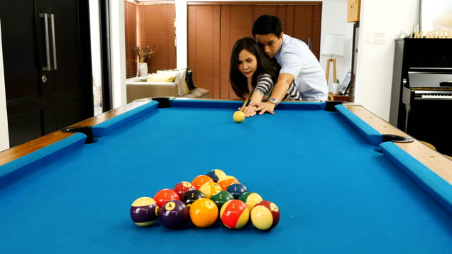 vídeos de stock e filmes b-roll de young asian couple playing billiard at home together - mesa de bilhar