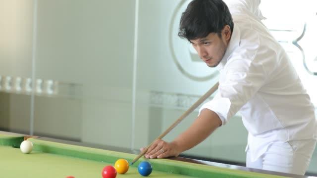 vídeos y material grabado en eventos de stock de joven pareja asiática jugando billar en casa juntos - salón de billares