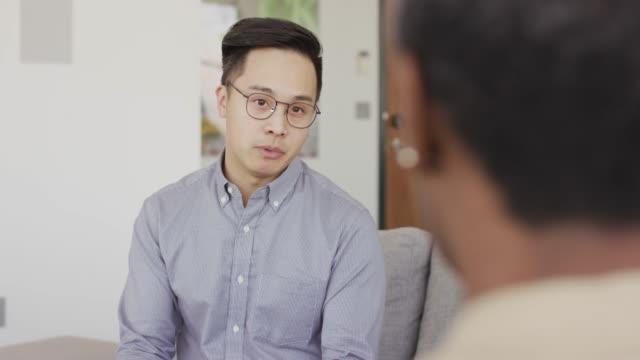 vidéos et rushes de jeune couple asiatique parlant au thérapeute - personnes masculines