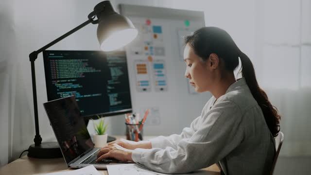 vídeos de stock, filmes e b-roll de jovem desenvolvedor asiático codifica aplicativo móvel em desktop de computador no escritório moderno - computador desktop