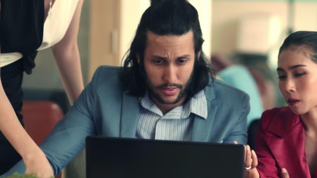vidéos et rushes de jeune entrepreneur asiatique lifes - employee engagement