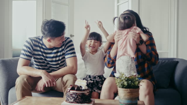 vídeos de stock e filmes b-roll de young asian girl is celebrating her birthday in the living room (slow motion) - cultura chinesa