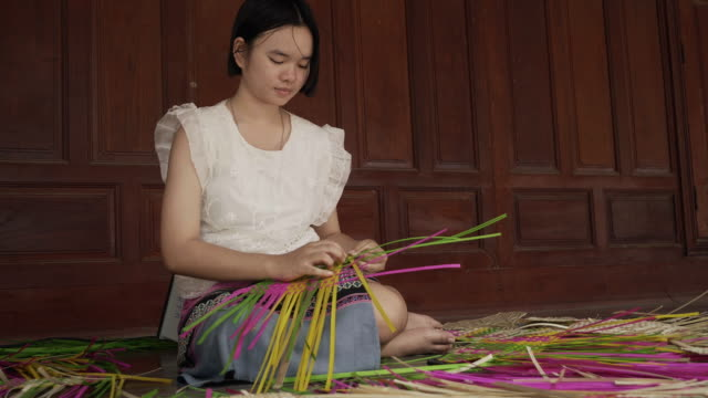 young asian girl practice and learning about bamboo wickerwork - intrecciare cestini video stock e b–roll