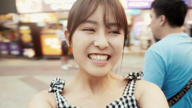 年輕的亞洲影響者旋轉與相機在錫美丁 - 20歲到24歲 個影片檔及 b 捲影像