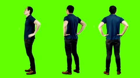 junger asiatischer mann casual stehen, grünem hintergrund. - stehen stock-videos und b-roll-filmmaterial