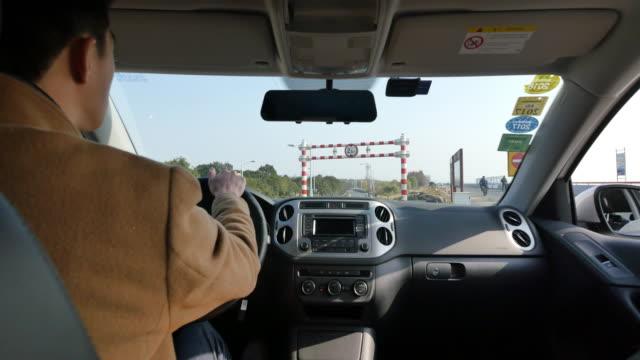 車で若いアジア男 - 職業 運転手点の映像素材/bロール