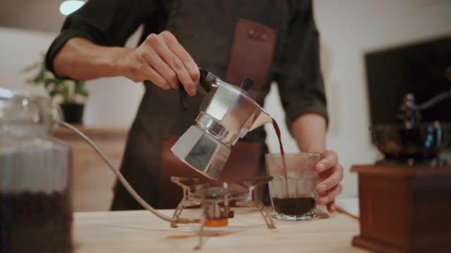 自宅でコーヒーを飲む若いアジア人男性 - 満たす点の映像素材/bロール