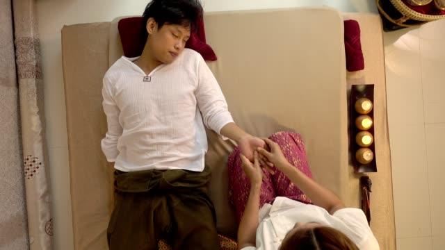 若いのアジア男スパのマッサージでリラックスした伝統的なタイまた、マッサージ - マッサージする点の映像素材/bロール