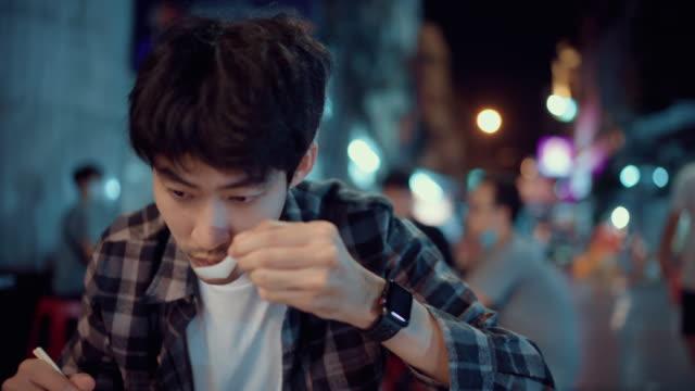 若いアジア人男性観光客旅行チャイナタウンタイ - 中華街点の映像素材/bロール