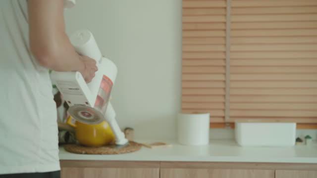掃除機を使った若いアジア人男性 - 掃除機点の映像素材/bロール