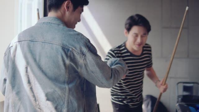 仕事の後にビリヤードをしているアジアの若い人々 - ビリヤード点の映像素材/bロール