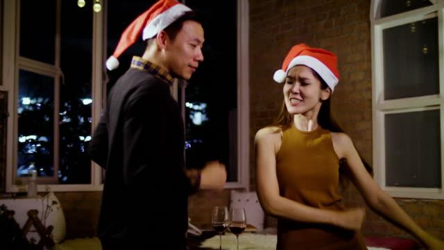 Junge asiatische romantisch zu zweit hat Feier im Freien vor Weihnachten mit Licht im Hintergrund, Weihnachten Urlaub Konzept