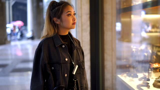 vídeos de stock e filmes b-roll de young asian shopaholic woman - shopaholic