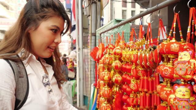 vidéos et rushes de jeune voyage touristique asiatique à chinatown thaïlande. - lieu de culte