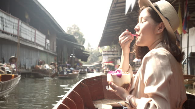 young asian tourist woman travel at floating market thailand. - luogo d'interesse locale video stock e b–roll