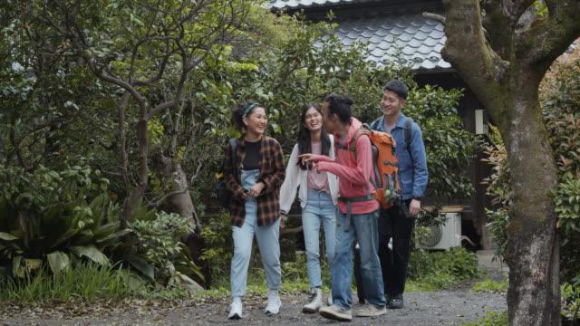stockvideo's en b-roll-footage met jonge aziatische reizigers in ryokan garden - ryokan
