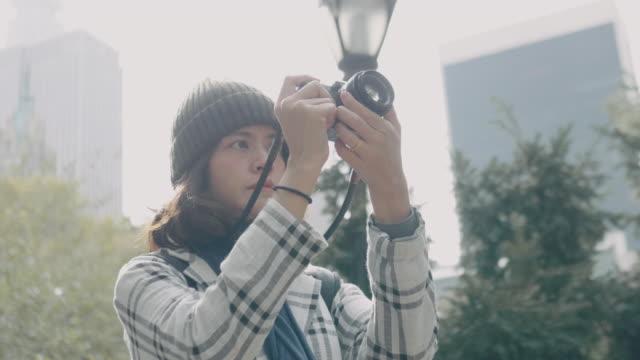 Junge asiatische Frau Aufnahmen mit DSLR im Central Park. NEW YORK CITY