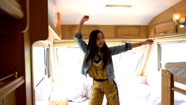 vídeos de stock, filmes e b-roll de jovem asiática dançando em uma van campista - convoy