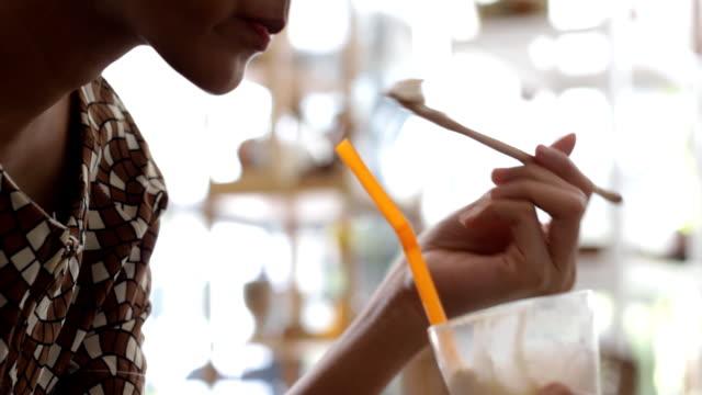 Junge asiatische Frau trinken Frucht-smoothie