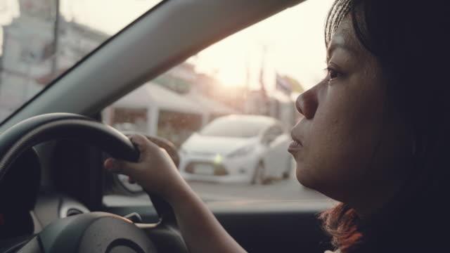 Junge asiatische Frau, ein Auto zu fahren.
