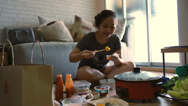 vídeos y material grabado en eventos de stock de joven asiática comiendo noddle. - comida coreana
