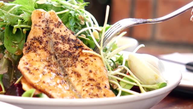 サーモン サラダを食べる若いアジア女性 - テーブルマナー点の映像素材/bロール