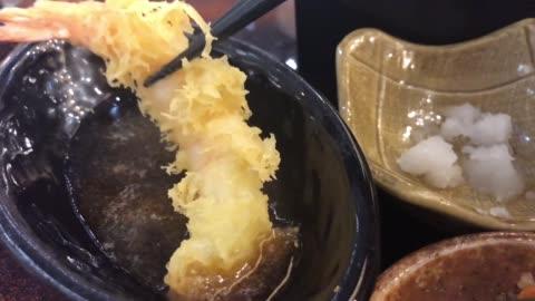 vídeos y material grabado en eventos de stock de joven asiática comiendo camarones tempura con palillos, comida japonesa - comida coreana