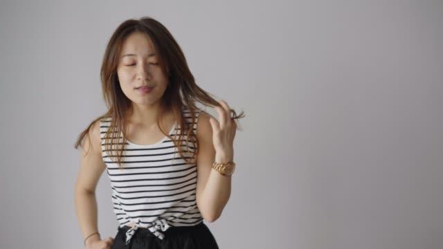 若いですアジアの女性感じます幸せとダンスでホーム - 全身点の映像素材/bロール
