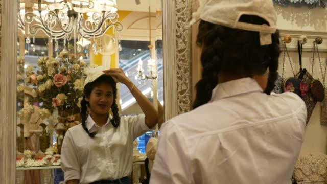 junge asiatische Frau mit Spaß beim Einkaufen in Boutique