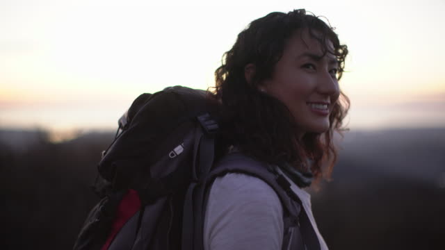 ws young asian woman hiking - zaino da montagna video stock e b–roll