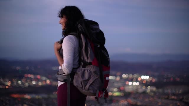 ws young asian woman hiking - バックパック点の映像素材/bロール
