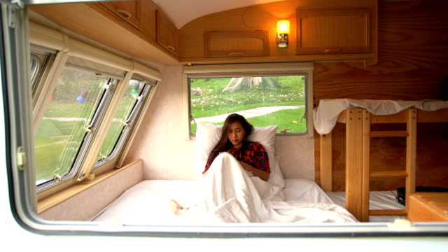 vídeos de stock, filmes e b-roll de jovem asiática em uma van campista - convoy