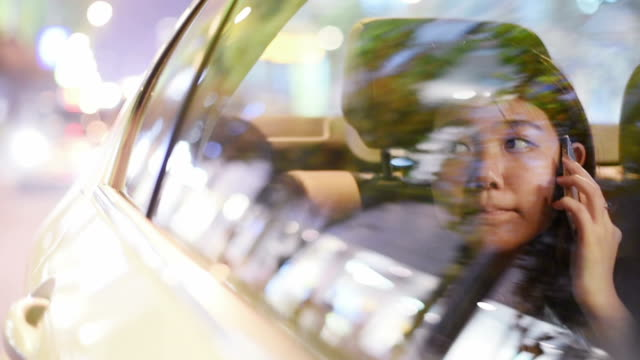 ts young asian woman in a car at night, texting. - chinesischer abstammung stock-videos und b-roll-filmmaterial