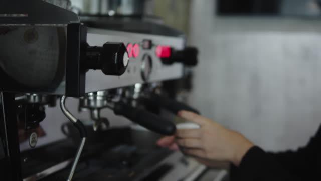 vídeos de stock, filmes e b-roll de jovem asiática fazendo café. - forma da água