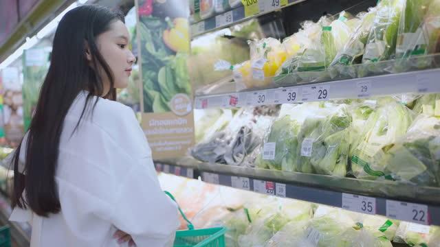 若いアジアの女性のショッピング - buying点の映像素材/bロール
