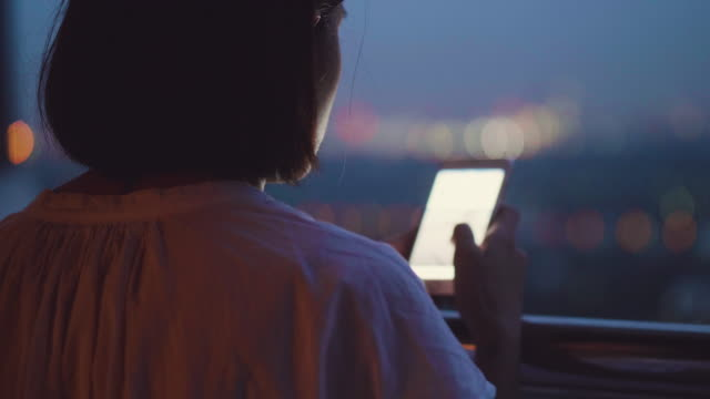 vídeos de stock, filmes e b-roll de mandava um jovem mulher asiática seu telefone à noite - desesperança