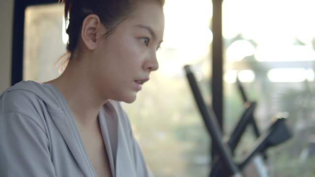 若いアジア女性は疲れて集中クロス フィットネス運動後です。 - dieting点の映像素材/bロール