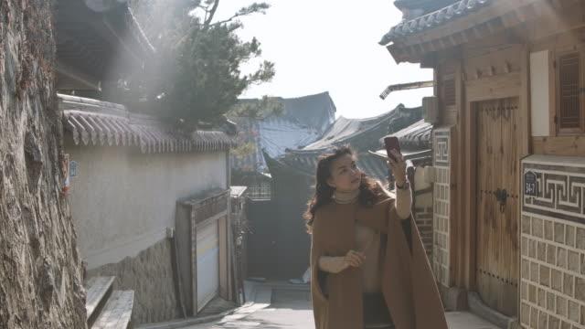 ソウル市の旧市街村に旅行する若いアジアの女性旅行者 - 韓国文化点の映像素材/bロール